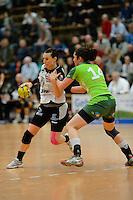 links Diane Lamein (BSV) am Ball gegen rechts Jenny Karolius (FAG)