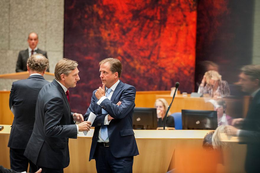 Nederland, Den Haag, 25 sept 2013<br /> Algemene beschouwingen in de Tweede Kamer. De eerste algemene beschouwingen van kabinet Rutte2.<br /> Van Haersma Buma en Pechtold hebben een onderonsje<br /> <br /> Foto(c): Michiel Wijnbergh