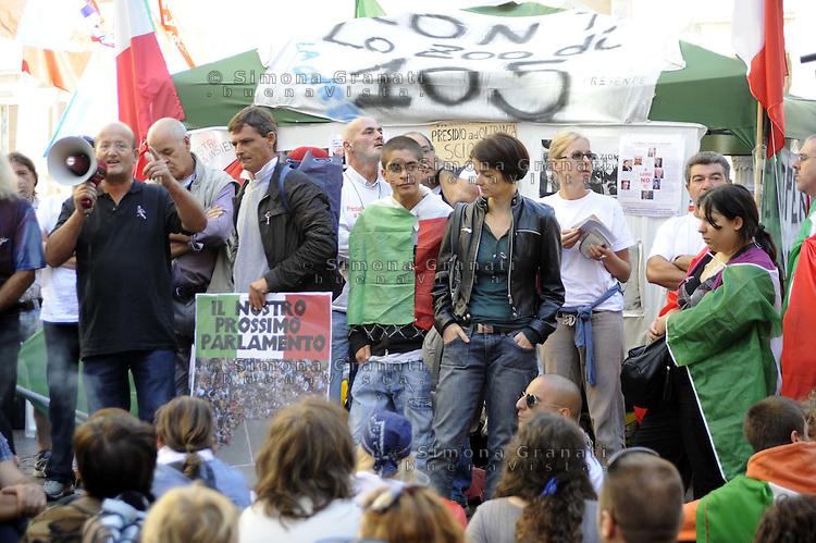 Roma, 21 settembre 2011.Piazza Montecitorio. il presidio permanente di cittadini organizzato da Gaetano Ferrieri che da 110 giorni sta facendo lo sciopero della fame.Centinaia di persone senza bandiere di partito ,solo con il tricolore manifestano contro la casta dei politici davanti il Parlamento.