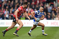 Jonathan Joseph of Bath Rugby goes on the attack. Gallagher Premiership match, between Gloucester Rugby and Bath Rugby on April 13, 2019 at Kingsholm Stadium in Gloucester, England. Photo by: Patrick Khachfe / Onside Images