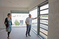Julia Richter (Pressesprecherin Soka Gakkai) und Kiyoshi Ozawa (Bauverantwortlicher Soka Gakkai Walldorf) im Neubau der Soka Gakkai Gemeinde in Mörfelden-Walldorf