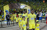BUCARAMANGA-COLOMBIA-12-12-2015. Jugadores de Bucaramanga ingresan al campo de juego previo al encuentro donde Atlético Bucaramanga obtuvo el título como campeones del Torneo Águila 2015 después del encuentro de vuelta con Fortaleza FC jugado en el estadio Alfonso López de Bucaramanga./ Players of Bucaramanga go inside the field prior the match where Atletico Bucaramanga won the title as champion of Aguila Tournament 2015 after the second leg match against Fortaleza FC played at Alfonso Lopez stadium in Bucaramanga. Photo: VizzorImage / Duncan Bustamante / Cont