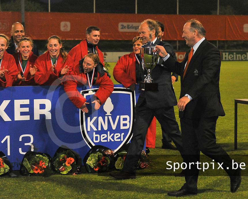 KNVB Beker Finale : ADO Den Haag - FC Twente : feest bij ADO na het winnen van de beker ; Johan Van Kouterik geeft de beker af aan de winnaars<br /> foto DAVID CATRY / Nikonpro.be