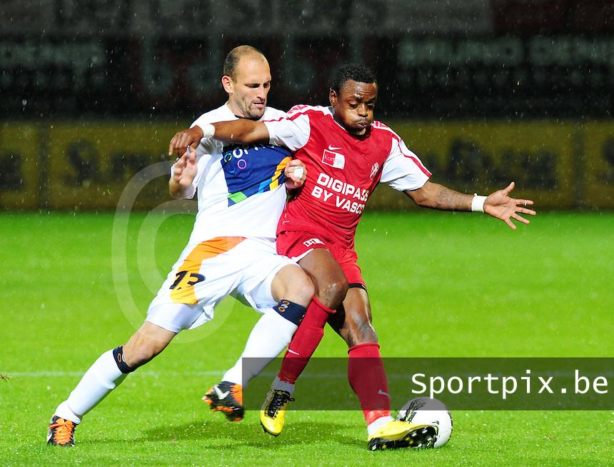 KV Kortrijk - OH Leuven : duel om de bal tussen Landry Mulemo (rechts) en Bjorn Ruytinx (links).foto VDB / BART VANDENBROUCKE