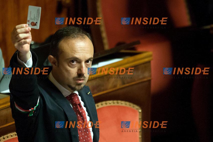 Sergio Puglia M5S mostra la scheda <br /> Roma 01-08-2014  Senato. Discussione sul DdL Riforme costituzionali che prevede anche la riforma del Senato. <br /> Photo Samantha Zucchi Insidefoto