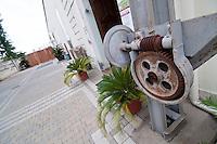 Galatina - Cantine Aperte 2010 - Azienda Agricola Valle dell'Asso - Antichi macchinari utilizzati ormai come ornamento dell'ingresso.
