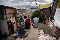 BOGOTA - COLOMBIA, 29-05-2020: Habitantes del barrio Altos de La Estancia, conversando en la entrada de un albergue comunitario creado para las personas que fueron desalojadas. Mas de 200 familias terminan el proceso de desalojo en el predio La Estancia al sur de Bogotá quedando sin ninguna ayuda ni un techo donde vivir durante la cuarentena total en el territorio colombiano causada por la pandemia  del Coronavirus, COVID-19. / Inhabitants of the Altos de La Estancia neighborhood, talking at the entrance of a community shelter created for the people who were evicted. More than 200 families are evicted from La Estancia farm at south of Bogota city and they left withoput any help and shelter to live during total quarantine in Colombian territory caused by the Coronavirus pandemic, COVID-19. Photo: VizzorImage / Mariano Vimos / Cont