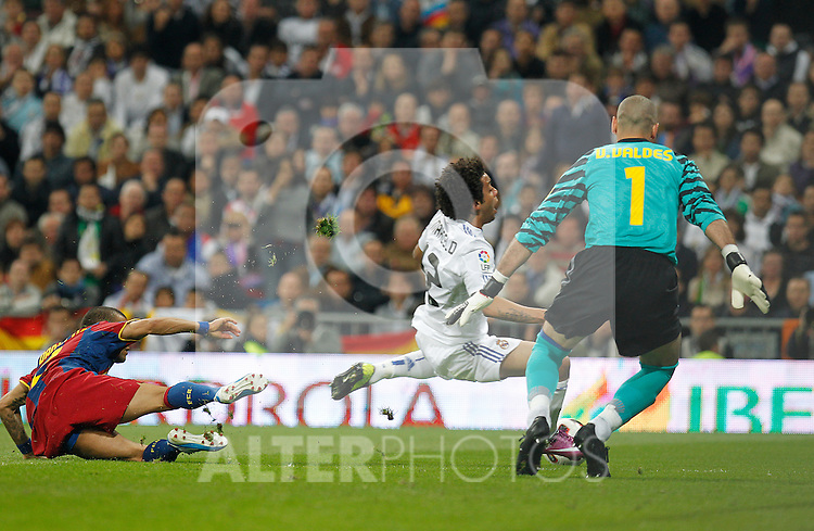 Real Madrid's Marcelo Vieira and FC Barcelona's Daniel Alves (penalty) during la Liga match on April 16th 2011...Photo: Cesar Cebolla / ALFAQUI