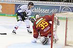 Straubings StefanLoibl (Nr.13)  scheitert an Duesseldorfs Goalie Mathias Niederberger (Nr.35)  beim Spiel in der DEL, Duesseldorfer EG (rot) - Straubinger Tigers (weiss).<br /> <br /> Foto © PIX-Sportfotos *** Foto ist honorarpflichtig! *** Auf Anfrage in hoeherer Qualitaet/Aufloesung. Belegexemplar erbeten. Veroeffentlichung ausschliesslich fuer journalistisch-publizistische Zwecke. For editorial use only.