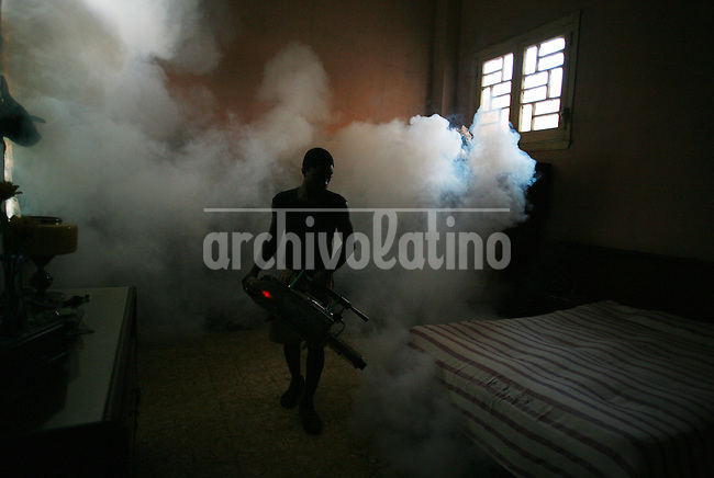 Fumigacion contra el mosquito  Aedes Aegypti que provoca epidemias de dengue en La Habana, Cuba. +salud*A worker fumigates a house in dowtown Havana as part of a national campaign to erradicate the mosquito Aedes Aegypti, which is spreading a dengue epidemic in Cuba.