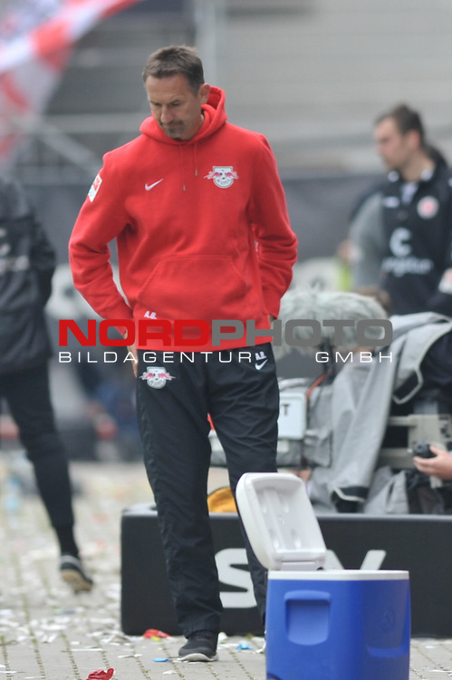 03.05.2015,  Millerntor-Stadion, Hamburg, GER, 2. FBL, 1.FC St.Pauli  vs Leipzig, im Bild Trainer Achim Beierlorzer (Leipzig) laesst den Kopf haengen/ Foto © nordphoto / Witke *** Local Caption ***