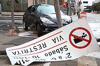 S&Atilde;O PAULO, SP, 2012/06/02, ACIDENTE AV PAULISTA.<br /> Na madrugada desse Sabado (02) um veiculo perdeu a dire&ccedil;&atilde;o e bateu contra um poste, derrubando um sem&aacute;foro e placas de sinaliza&ccedil;&atilde;o, o acidente aconteceu na Av. Paulista com a Rua da Consola&ccedil;&atilde;o.<br /> N&atilde;o h&aacute; informa&ccedil;&atilde;o sobre vitimas.<br /> Luiz Guarnieri/ Brazil Photo Press