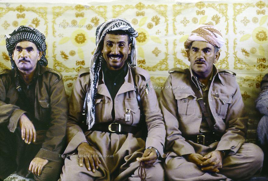 Iran 1979.Camp de réfugiés kurdes à Ziwa, chez Aref Yassim, a droite, chef militaire.Iran 1979.Kurdish refugees' camp in Ziwa