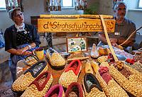 Deutschland, Baden-Wuerttemberg, Ortenaukreis, Gutach: Schwarzwaelder Freilichtmuseum Vogtsbauernhof - die Strohschuhmacher Martha und Rudi Leitl zeigen die Herstellung von handgemachten Strohschuhen aus Roggenstroh | Germany, Baden-Wurttemberg, Gutach: Black Forest Open Air Museum Vogtsbauernhof - Martha and Rudi Leitl showing the making of shoes handmade of rye straw