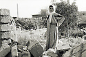 Irak 1991.Une habitante de Halabja sur les ruines de sa maison.Iraq 1991.A woman in Halabja on the ruins of her home