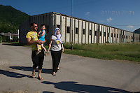 SREBRENICA VENTI CHE SCUOTONO IL SILENZIO NELLA FOTO UNA FAMIGLIA CHE HA PERSO IL PROPRIO CARO VISITA IL MEMORIALE NELL'EX FABBRICA DI BATTERIE USATA COME CAMPO PROFUGHI NEL LUGLIO DEL 1995 POTOČARI 02/06/2015 FOTO MATTEO BIATTA<br /> <br /> SREBRENICA WINDS THAT SHAKE THE SILENCE IN THE PICTURE A FAMILY THAT HAS LOST HIS BELOVED VISITING EX FACTORY OF BATTERIES USED AS A REFUGEE CAMP IN JULY 1995 POTOČARI 02/06/2015 PHOTO BY MATTEO BIATTA
