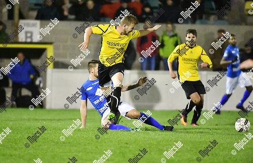 2016-11-12 / Voetbal / Seizoen 2016-2017 / Zwarte Leeuw - Tienen / Carton probeert Tim Hofstede (Zwarte Leeuw) van de bal te zetten.<br /> <br /> ,Foto: Mpics.be