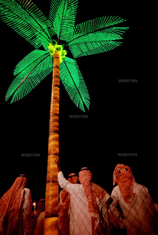 2002. Saudi Arabia. Jeddah. Electric palm tree on the beach at night during the Eid-ul-Fitr festivities. Arabie saoudite. Djedda. Palmier électrique sur une plage la nuit à l'occasion des festivités de l'Eid-ul-Fitr.