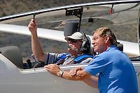 4415 / Steve Fossett:SUEDAFRIKA, 07.01.2007: Steve Fosset (links) und Terry Delore . Fossett haelt Weltrekorde im Ballonfahren, Segeln und Fliegen. Er durchschwamm 1985 den Aermelkanal und nahm 1996 am 24-Stunden-Rennen von Le Mans teil. Im Segelflug stellt er den Hoehenweltrekord mit 15.453 Meter auf. Terry Delore haelt mehrere Segelflug-Weltrekorde