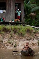 Ribeirinhos.<br /> Criança rema canoa no rio Aurá, contaminado pelo chorupe produzido no lixãoRio Aurá.Belém, Pará, BrasilFoto Paulo Santos21/03/2013