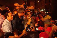 SAO GONÇALO, RJ, 12.09.2014 – ELEICOES 2014 - DILMA ROUSSEFF - A presidente da República e candidata à reeleição pelo PT, Dilma Rousseff, acompanhada do candidato do partido ao governo do Rio de Janeiro, Lindbergh Farias, durante carreata no calçadão de Alcântara, em São Gonçalo, região metropolitana do Rio de Janeiro, nesta sexta-feira, 12. (Foto: Fernando Ferreira / Brazil Photo Press).