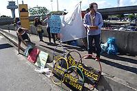 RIO DE JANEIRO, RJ, 13 AGOSTO 2012 - MANIFESTACAO EM FRENTE AO AEROPORTO INTERNACIONAL -Manifestantes aguardam a chegada do Prefeito Eduardo Paes em frente ao aeroporto internacional do galeao nesta segunda dia 13,na ilha do governador, zona norte do rio(FOTO:MARCELO FONSECA / BRAZIL PHOTO PRESS).