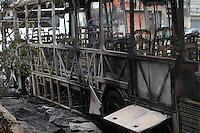 SAO PAULO, SP, 09 DEZEMBRO 2012 -  INCENDIO EM ONIBUS - Em mais uma madrugada violenta em Sao Paulo, novo ataque a coletivo, resultou na morte de duas pessoas carbonizadas. O ataque aconteceu na madrugada desse Dimngo (9) na Praca Erolides de Campos, na Vila Medeiros. FOTO: LUIZ GUARNIERI / BRAZIL PHOTO PRESS).