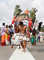 Nederland, Den Helder  2016  06 26. Jaarlijkse tempelfeest bij de Hindoe tempel in Den Helder.. Vereniging Sri Varatharaja Selvavinayagar voltooide in 2003 het gebouw dat wordt gebruikt voor het bevorderen van kunst en cultuur. Een ander deel wordt gebruikt voor het praktiseren van religieuze waarden. Het hoogtepunt van de feestperiode is het voorttrekken van de wagen ( chithira theer of ratham ). Dit is een kleurrijke optocht, waarbij de godheid Ganesh in de wagen wordt voortgetrokken door gelovigen. Rituele dans tijdens de optocht.  Foto Berlinda van Dam /  Hollandse Hoogte