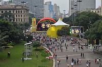 SAO PAULO, 15 DE JUNHO DE 2013 - PALCO COPA CONFEDERACOES ANHANGABAU - Pessoas assitem show que antecede a o jogo do Brasil, no palco montado para a transmissão dos jogos da Copa das Confederações, no Vale do Anhangabau, na tarde deste sábado, 15. (FOTO: ALEXANDRE MOREIRA / BRAZIL PHOTO PRESS)
