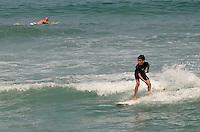 ATENÇÃO EDITOR: FOTO EMBARGADA PARA VEÍCULOS INTERNACIONAIS. SAO SEBASTIAO, SP,16 DE SETEMBRO DE 2012 - CLIMA TEMPO LITORAL NORTE SP - Banhistas aproveitam dia quente e ensolaradao na praia de Maresias, litoral norte de Sao Paulo, na tarde deste domingo. FOTO: ALEXANDRE MOREIRA - BRAZIL PHOTO PRESS