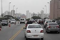 SÃO PAULO, SP, 28 JANEIRO DE 2013  - TRANSITO SP - Motorista enfrenta congestionamento na Ponte  da Casa Verde, para acesso a Av Rio Branco, na manhã dessa segunda-feira, 28, zona central da capital - FOTO: LOLA OLIVEIRA - BRAZIL PHOTO PRESS