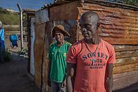 Shadrak S., 29, illegaler Goldgräber aus dem Slum New Canada in Johannesburg, Südafrika (orangefarbenes Shirt). Hinten Elias M., 40, illegaler Goldgräber
