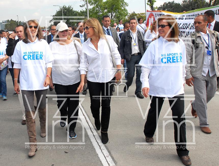 """BOGOTA-COLOMBIA: 09-04-2013: María Clemencia Rodríguez de Santos (izq.), esposa del Presidente Juan Manuel Santos, marchó por la paz en las calles de Bogotá, abril 9 de 2013. El presidente Santos desmintió que las Fuerzas Armadas Revolucionarias de Colombia (FARC), estén infiltradas presionando a los campesinos para marchar, """"Yo no veo guerrillas alrededor mío"""", agrego el mandatario. La jornada comenzó pasadas las ocho de la mañana en el monumento de los Caídos, en el occidente de Bogotá y se dirigió a la Plaza de Bolivar en el centro de la capital colombiana. (Fotos: VizzorImage / Luis Ramírez / Staff.) Maria Clemencia Rodriguez de Santos (L), wife of President Juan Manuel Santos, marched for peace on the streets of Bogotá,  April 9, 2013. President Santos denied that the Revolutionary Armed Forces of Colombia (FARC) are infiltrated pressuring farmers to march, """"I do not see guerrillas around me,"""" Santos said. The marches began just after eight o'clock in the Memorial Monument in western Bogota and went to the Plaza de Bolivar in downtown Bogota. (Photos: VizzorImage / Luis Ramirez / Staff.)"""