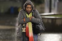 SAO PAULO, SP, 25/07/2013, FRIO E CHUVA. Quinta-feira (25) amanheceu com chuva em Sao Paulo, na Praca da Se, centro da capital, a populacao se protege do frio com agasalhos pesados . LUIZ GUARNIERI/BRAZIL PHOTO PRESS.