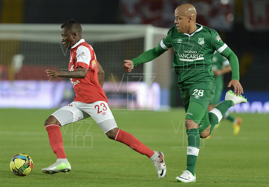 BOGOTÁ -COLOMBIA, 15-02-2014. Jefferson Cuero (Izq.) jugador de Independiente Santa Fe disputa el balón con Gustavo Bolivar (Der.) jugador del Deportivo Cali durante partido de la quinta fecha de la Liga Postobon I 2014, jugado en el estadio Nemesio Camacho El Campin de la ciudad de Bogota. / Jefferson Cuero (L) player of Independiente Santa Fe vies for the ball with Gustavo Bolivar (R) players of Deportivo Cali during a match for the fifth date of the Liga Postobon I 2014 at the Nemesio Camacho El Campin Stadium in Bogota city. Photo: VizzorImage/ Gabriel Aponte / Staff