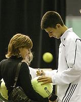 22-2-06, Netherlands, tennis, Rotterdam, ABNAMROWTT, Kidsday, Djokovic signing autographs
