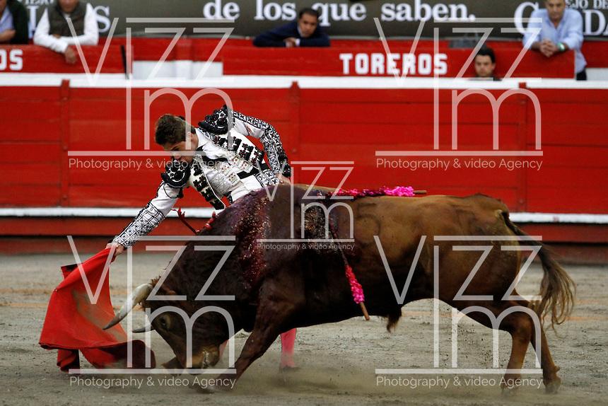 MANIZALES - COLOMBIA - 05-01-2014: Juan Manuel Noreña, novillero, en la primera corrida de temporada en la Plaza de Toros de Manizales, durante la 58 feria de Manizales. Juan Manuel Norena, bullfighter, in the first during bullfight in the Plaza de Toros de Manizales during the 58 Manizales Fair. Photo: VizzorImage / Santiago Osorio / Str.