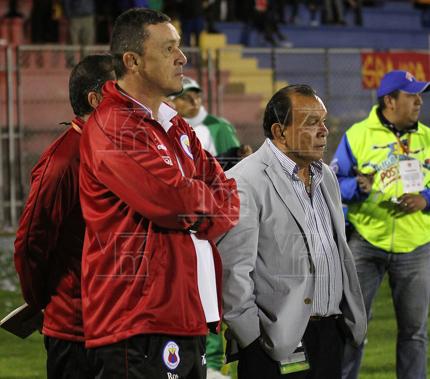 PASTO -COLOMBIA, 05-02-2014. El asistente técnico Carlos Mario Hoyos (izq) y el tecnico  Jorge Luis Bernal (Der) del Deportivo Pasto durante el aprtido contra Deportivo Cali durante partido por la fecha 3 Liga Postobón I 2014 jugado en el estadio La Libertad de Pasto./ The coach assistant Carlos Mario Hoyos (L) and Jorge Luis Bernal (R) coach of Deportivo Pasto during the match against Deportivo Cali during 3rd date of Postobon  League I 2014 played at La Libertad stadium in Pasto. Photo: VizzorImage/STR