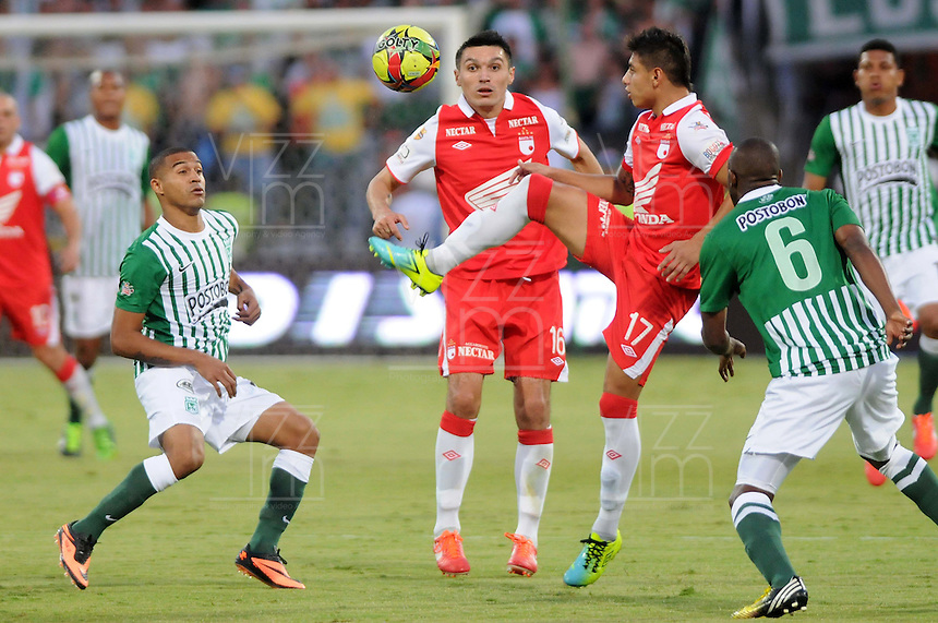 MEDELLIN - COLOMBIA-14-07-2013: McNelly Torres (Izq) y Juan Valencia (Der.) jugador del Atletico Nacional disputa el balón con Daniel Torres (2 Izq.) jugadores y Juan Roa (2Der.) del Independiente Santa Fe durante partido en el estadio Atanasio Girardot de la ciudad de Medellin, julio 14 de 2013. Atletico Nacional y Indepndiente Santa Fe durante partido de ida por la final de la Liga Postobon I. (Foto: VizzorImage / Luis Rios / Str).  McNelly Torres (L) and Juan Valencia (R) of players of Atletico Nacional fights for the ball with Daniel Torres (2L) and Juan Roa (2R) players from Independiente Santa Fe during game in the Atanasio Girardot stadium in Medellin City, July 14, 2013. Atletico Nacional and Independiente Santa Fe, during match for the firsts round of finals of the Postobon League I. (Photo: VizzorImage / Luis Rios / Str).