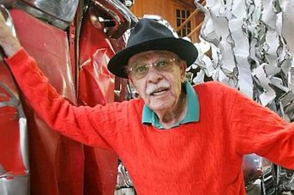 El artista estadounidense John Chamberlain, famoso por sus esculturas de metal prensado de chatarra, murió en Nueva York a los 84 años, informó este jueves, 22 de diciembre, la galería Gagosian.