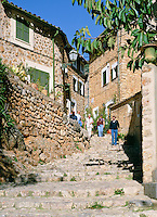 Spain, Mallorca, Fornalutx: narrow, winding lanes with lots of stairs leading through the picturesque village | Spanien, Mallorca, Fornalutx: schmale, verwickelte Gassen mit vielen Treppen fuehren durch den schoenen Ort