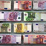 Geld en financien in de vorm van europese bankbiljetten van 5, vijf euro, 10, tien euro, 20 twintig euro, 50 vijftig euro, 200 tweehonderd euro en 500 vijfhonderd euro vormen de bouwstenen van een stevige fundering met cement. COPYRIGHT TON BORSBOOM