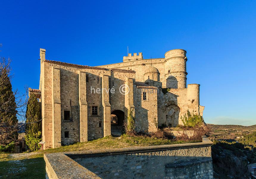 France, Vaucluse (84), Le Barroux, chapelle Notre-Dame la Brune devant le château // France, Vaucluse, Le Barroux, Notre Dame la Brune chapel and the castle behind