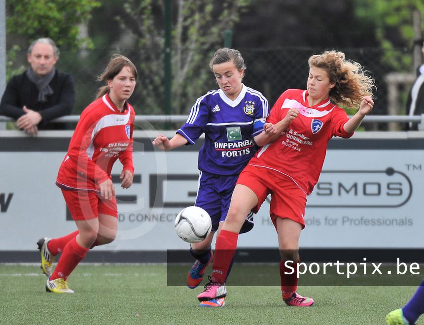 AA Gent Ladies U16 - RSC Anderlecht : duel tussen Noa Galle (midden) en Zahra Hautekiet (rechts).foto DAVID CATRY / Nikonpro.be