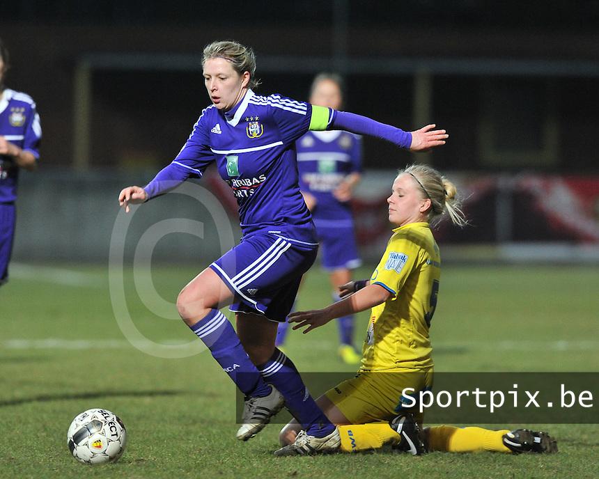 Waasland Beveren Sinaai Girls - RSC Anderlecht : Sophie Mannaert aan de bal voor Sofie Van Troyen.foto DAVID CATRY / Nikonpro.be