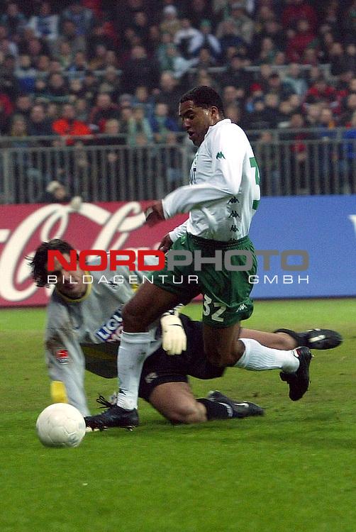 BL 2002/2003 - 20. Spieltag<br /> SV Werder Bremen vs 1860 Muenchen 1:2<br /> Kugelblitz Ailton gegen Simon Jentzsch<br /> Foto &copy; nordphoto <br /> <br /> <br />  *** Local Caption *** Foto ist honorarpflichtig! zzgl. gesetzl. MwSt.<br />  Belegexemplar erforderlich<br /> Adresse: nordphoto<br /> Georg-Reinke-Strasse 1<br /> 49377 Vechta