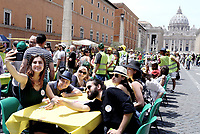 """Roma, 15 Giugno 2019<br /> """"Tavolata italiana senza muri"""" in Via della Conciliazione di fronte a San Pietro. Basilica di Pietro, iniziativa co-sponsorizzata da Focsiv, Caritas, Sant'Egidio, I Municipio di Roma Capitale, e varie associazioni di volontariato per inviare un messaggio di solidarietà e inclusione alla città e alla campagna Un tavolo lungo 270 metri allestito per 650 persone, che vivono in città, sedute per un pranzo frugale, offerto dalle organizzazioni, ma con un pensiero comune: che Roma da 2.700 anni condivide, integra, include, mescola culture, tradizioni, lingue, storie e cibi che nessuno escluso."""