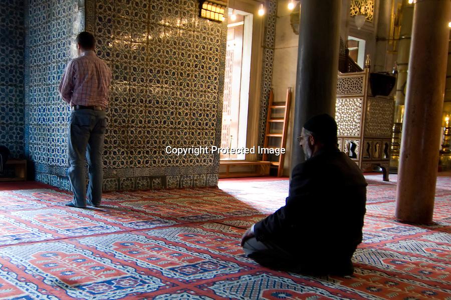 TURQUIA-ESTAMBUL.Musulmanes orando en la mezquita nueva (Yeni cami) de Estambul..foto JOAQUIN GOMEZ SASTRE©