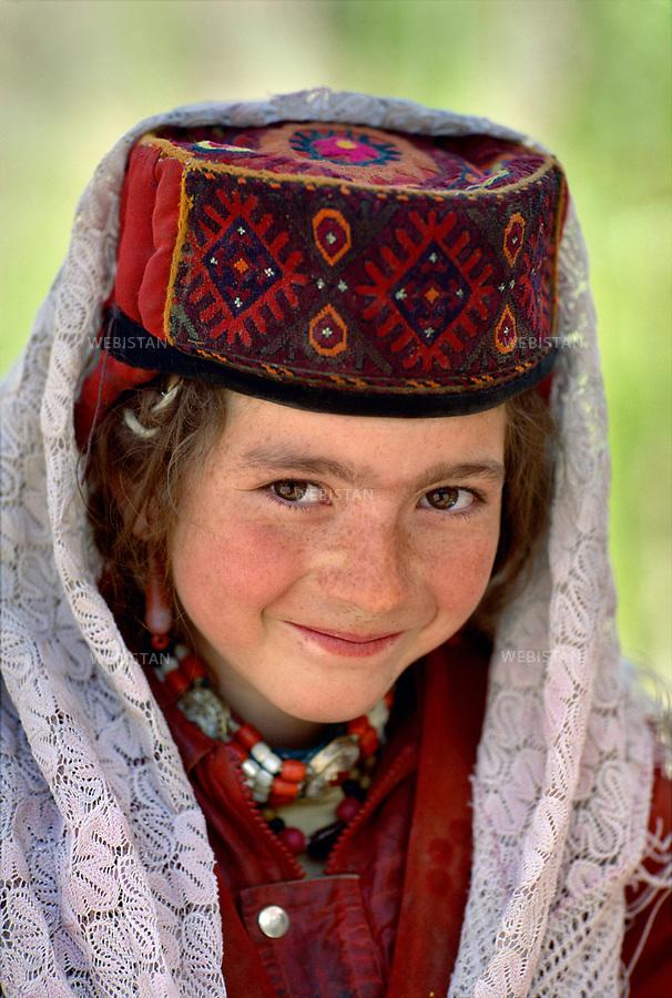 1995. Portrait of a Tajik schoolgirl in Gurtuchlugh. Portrait d'une écolière tadjike à Gourtouchlough.