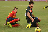 BARRANQUIILLA -COLOMBIA-03-04-2013. Alexis Perez (Izq) de Uniauntónoma disputa el balón con Roberto Ovelar (Der) del Atlético Junior en partido por la fecha 2 de la Liga Postobón II 2014 jugado en el estadio Metropolitano de la ciudad de Barranquilla./ Uniautonoma player Alexis Perez (L) fights for the ball with Atletico Junior player Roberto Ovelar (R) during match valid for the second date of the Postobon League II 2014 played at Metropolitano stadium in Barranquilla city.  Photo: VizzorImage/Alfonso Cervantes/STR